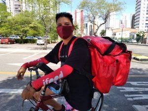 Levi passa 16h30 em cima de uma bike fazendo entregas pelo Ifood para manter a casa ao lado da companheira