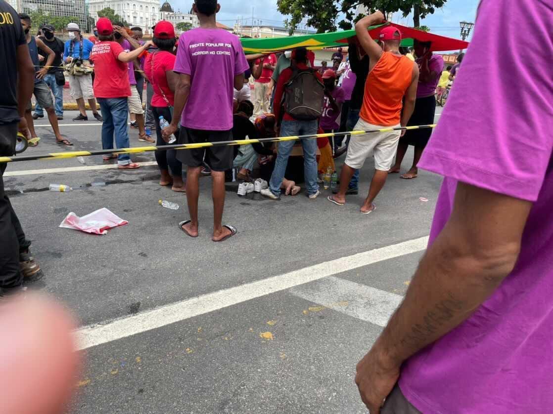 Manifestante é arrastada e atropelada por homem dirigindo um Jeep Renagade no Recife