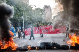Protesto por auxílio emergencial justo  Crédito  Fran Silva Caranguejo Ucá  (4)